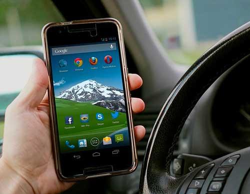 Le téléphone au volant : le vrai du faux